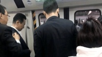 王健林低调乘地铁被偶遇 低头不语身边多位保镖陪同