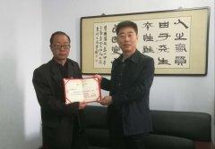 残障人士栗新亮向武陟县图书馆捐赠盲文图书60册