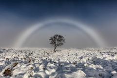 """苏格兰西部高地现罕见""""白色彩虹""""(图)"""