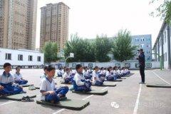 真有创意!这所学校为孩子减压开设了瑜伽体育课!