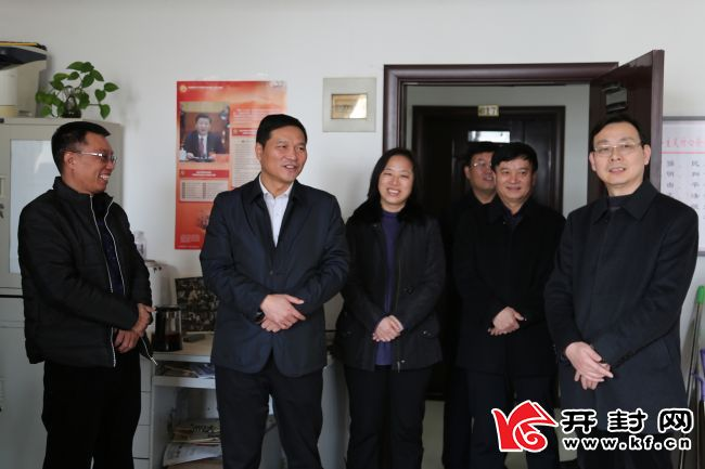 城乡一体化示范区党工委副书记、管委会副主任汤超等区领导在辖区研究工作。王楚玉 摄