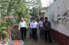 县长白超到李苟庄村调研三夏生产及脱贫攻坚工作