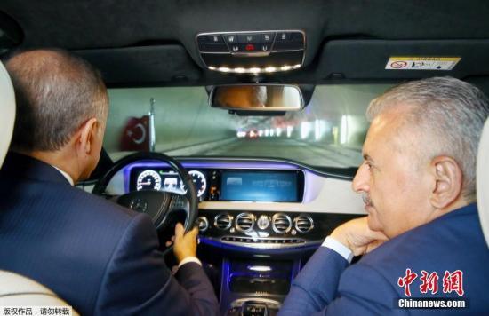 当地时间2016年10月8日,土耳其伊斯坦布尔,土耳其总统埃尔多安与总理耶尔德勒姆驱车前往视察欧亚海底隧道施工现场。