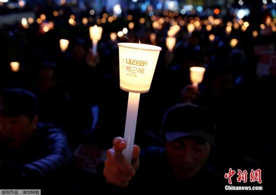 当地时间2016年11月16日,韩国首尔,当地民众再次举行烛光游行,要求总统朴槿惠下台。