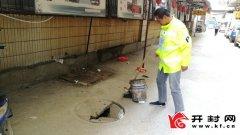 佛达商厦东侧胡同里窨井盖破损 存在安全隐患