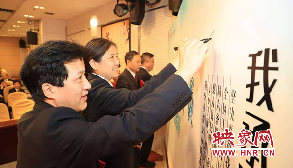 检察服务专员在签名墙庄重写下自己的名字
