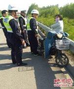 高速上农妇骑电动车疯狂逆行3公里 万幸交警及时劝离