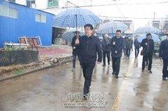 区长曹江涛、副区长王仕梁一行冒雨带领各相关部门负责人进行环保督查