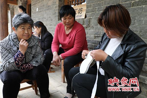 """张庄村的""""巧媳妇""""正在制作千层布鞋"""