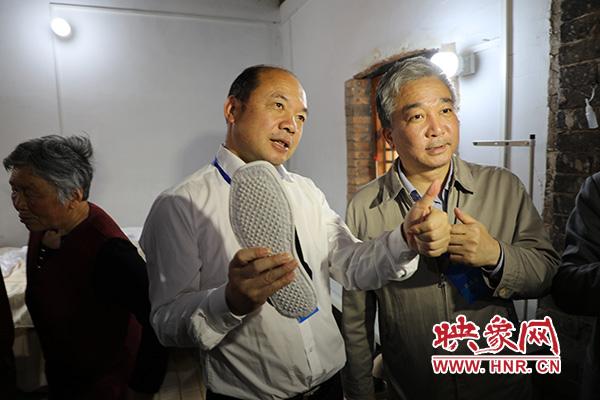 网络名人杨建国现场买了布鞋