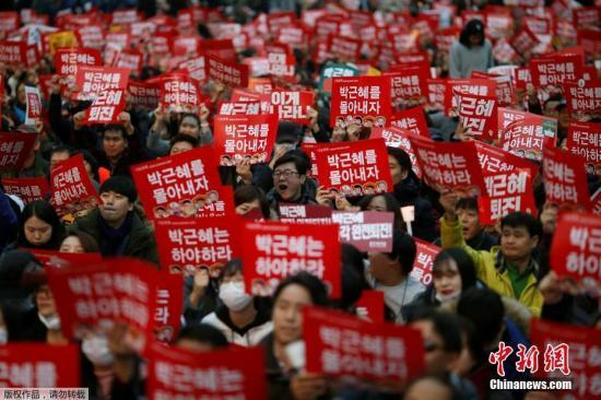 韩国民众举行集会,要求总统下台。