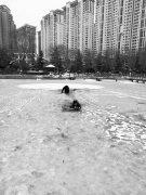 【暖新闻】洛阳男童被困湖心 危机时刻巡防队员水中凿冰施救