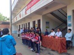 长竹园乡:北京物资学院河南校友会到长竹园乡上峰山小学举办捐赠活动