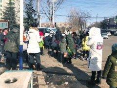 女童被卷车轮下 女教师半跪在地上使劲儿拉出女童