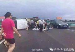 货车翻倒桃子散一地 过路车辆纷纷停车帮忙捡拾