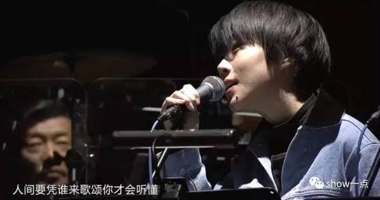 """之前在发布会上,王菲曾亲口说窦靖童这次不会跟自己同台合唱,事实证明,这只是换了一种方式的""""合唱"""",让声线跟自己颇为相似的童童来唱和声。"""