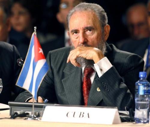 """卡斯特罗1926年8月13日出生于古巴东方省比兰镇。他身材魁梧,身高近1.90米,棕色的头发,棕色的眼睛,一把大胡子,喜欢身着戎装。卡斯特罗曾说,穿橄榄绿军装让他""""感到十分自在,无须天天打领带""""。"""