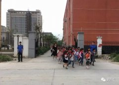 """西华县城管局设置""""护学岗""""为师生保驾护航"""