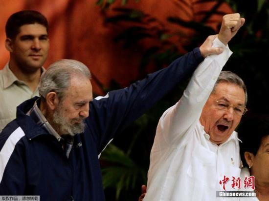 资料图:2011年4月19日,古巴首都哈瓦那,菲德尔・卡斯特罗左和劳尔・卡斯特罗出席古巴共产党六大闭幕式。