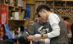 节前郑州理发店生意火爆:有人去三次都没剪成