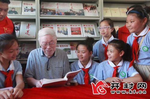 铁塔办事处延寿寺社区 86 岁的老党员赵春修给少先队员们讲革命历史故事,话光荣传统。 全媒体记者 李俊生 摄