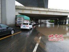 最新!郑州南三环机场高速涵洞积水消退 两车道可通行