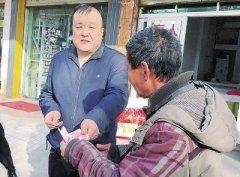 漯河盲人按摩师行善19年 逢年过节为贫困户送钱送物