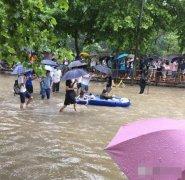 武汉暴雨 大学生校园里划船出行