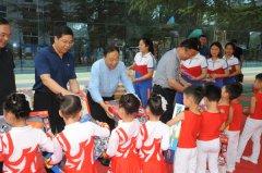 区人大常委会领导为青少年儿童送去节日祝福
