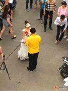 湖南某大发快三上演师生恋 女老师穿婚纱向男生求婚