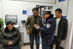 老人路边晕倒 郑州热心市民及时扶起报警