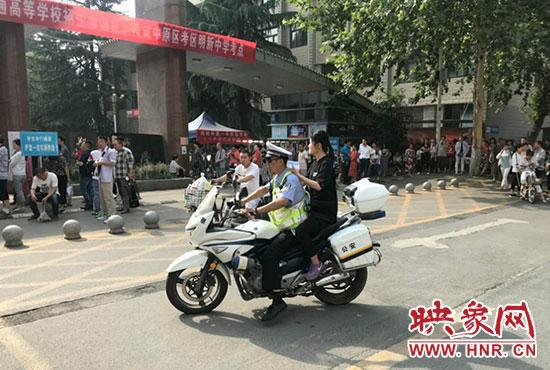 准考证丢在早餐店 民警摩托车载考生寻找