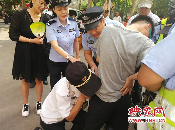 巡防队员剪刀剪、牙齿咬,帮考生除掉衣裤上的金属
