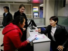 郑州市女性专场招聘会 900多名女性冒雨参加