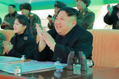 金正恩携妻观空军飞行大赛 李雪主时隔9月再露面