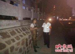"""俩男子金水河下网粘鱼被发现 拿百元""""贿赂""""巡防队员"""