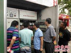 为确保汛期路灯设施安全运行 郑州灯饰处对市内主干道设施进行排查检修