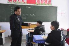 河南灵宝一教师身残志坚 深山执教30余载获广泛赞誉