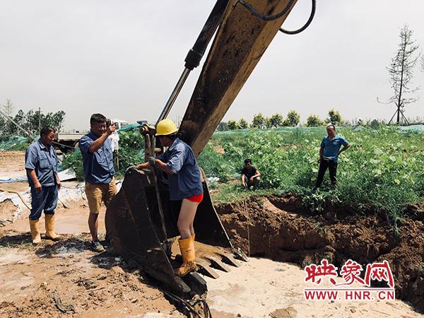 自来水三强公司抢修人员正在组织抢修