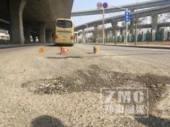 """郑州快车道现大坑 大巴车黄昏通过很""""受伤"""""""