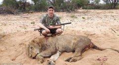 瑞典男子晒非洲打猎照 称狮子肉最好吃