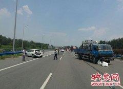 高速出口两车相撞 只因司机看错出口违法变道