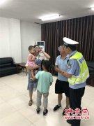 惊险!马虎父母将两岁孩子遗落高速 民警在车流中将孩子抱起