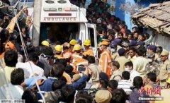 印度一在建七层楼倒塌 已致十余人被困五人遇难