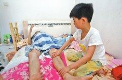 郑州一教师患癌卧床 7岁儿子帮爸爸按摩胳膊和双腿