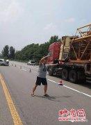 轿车高速失控场面混乱 过路交警迅速救助以身示警