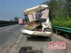 客车高速追尾致3人受伤 故障车辆停靠应急车道仍被撞