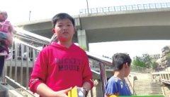 轻生女桥上扔手机 机智小学生捡起报警救人