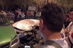 宝马女司机疑似唱K后酒驾 连撞5车致5人受伤