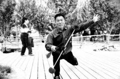 郑州69岁老人自创打花棍 称好看还实用可以锻炼大脑